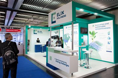 Trade show visitors embrace and endorse ELIX Polymers' solutions at K 2016. (Photo: ELIX Polymers, PR018)