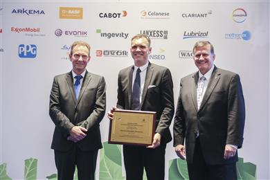 Jan Kreibaum, Clariant's Regional Head of Greater China/South Korea, receives Responsible Care Chairman Award from Patrick Vandenhoeke (left), Chair of Responsible Care Leadership Group ICCA, and David Sandidge (right), Senior Director, Responsible Care & Value Chain Outreach, American Chemistry Council. (Photo: Clariant)