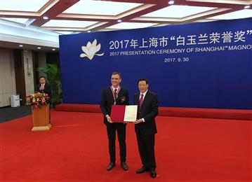 Mr.Ying Yong, Mayor of Shanghai, presented the award to Jan Kreibaum. (Photo: Clariant)