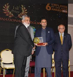 Vaqar Arif, Head of Finance & Controlling Pakistan, Archroma, receiving the EFP 'Employer of the Year' Award from Mr. Sayed Zukfiqar Abbas Bukhari, Federal Minister of Human Resource Development & Overseas Pakistan. 