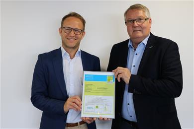Manuel Mueller (left), Global Market Segment Leader at Clariant, accepts with pleasure the award for sustainability excellence, which is handed over by Albin Kälin, CEO of EPEA Switzerland. (Photo: Clariant)