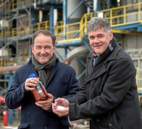 Jeroen Castelijn, General Manager des Werks in Geleen und Frank Kuijpers, General Manager Corporate Sustainability, freuen sich über die ersten zertifizierten Kreislaufpolymere aus der Produktion bei SABIC in den Niederlanden.