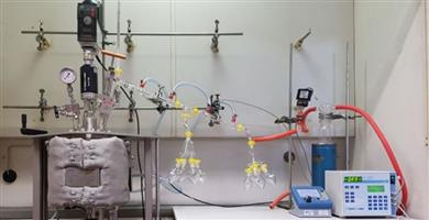 Batch reactor with connected condensation unit for the depolymerization of styrene waste on a laboratory scale. (© NMB)